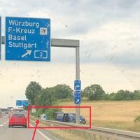 Mobiler Blitzer bei 80 km/h über alle Fahrspuren A66 Fahrtrichtung Frankfurt a.M. Vitronic Poliscanspeed auf Stativ hinter Stromverteilerkasten versteckt und blauer Mercedes-Benz Vito.