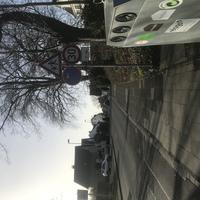 Teilstationärer Blitzer Anhänger vor Kita. Neuerdings gilt dort jeden Tag zwischen 7-18 Uhr 30.