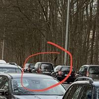 Blitzer Caddy versteckt zwischen parkenden Autos. Geblitzt wird Richtung Alkenrath